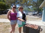 Marju Cabrera and Anneliis Kuusik (and Johnsonville Bratwurst). Kesk Florida Eesti Selts picnic, Anna Maria Island, FL, 24 apr. 2016. Foto: Lisa A. Mets